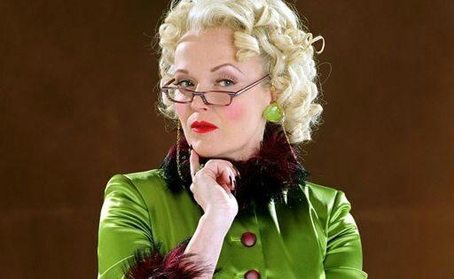 Personagem Rita Skeeter, de roupa verde e batom vermelho