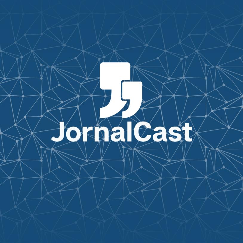 """Fundo azul com detalhes em branco. A frente o logo da Jornal Jr e o título """"JornalCast"""" em branco."""
