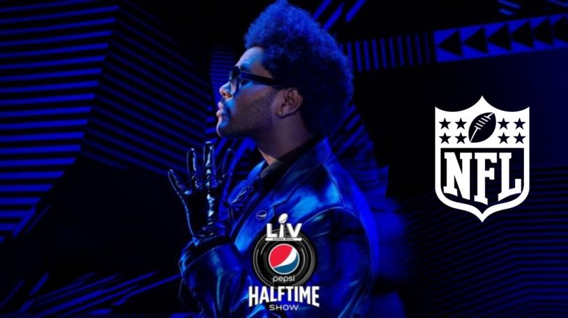 A imagem mostra o cantor negro canadense The Weeknd, além do logo oficial da NFL na cor branca. O cantor utiliza óculos escuros e veste uma jaqueta e luvas reluzentes.