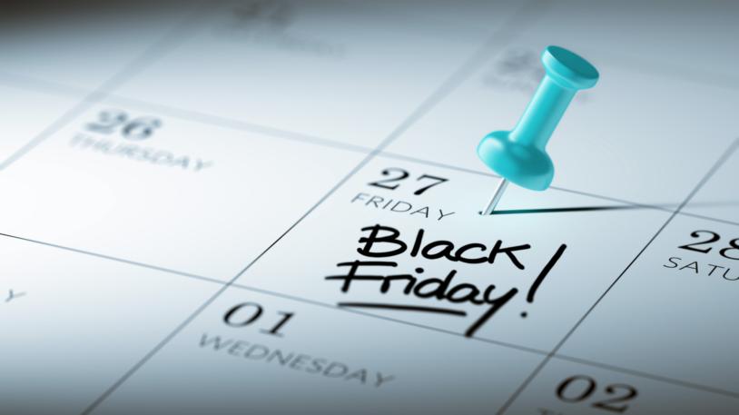 Imagem de um calendário com a data vinte e sete, que será em uma sexta feira, focada e com um pin azul em cima. Dentro do quadrado que envolve a data lê-se as palavras Black Friday.